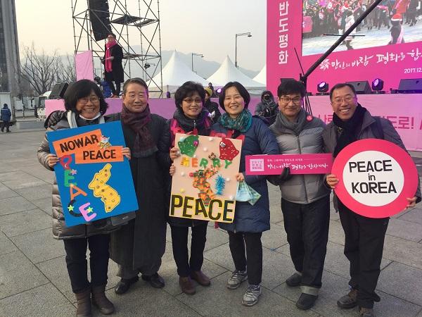 부모님과 함께한 한반도 평화(가운데 김지현 님과 그 왼쪽에는 어머니 김현숙 님과 아버지 김병조 님)