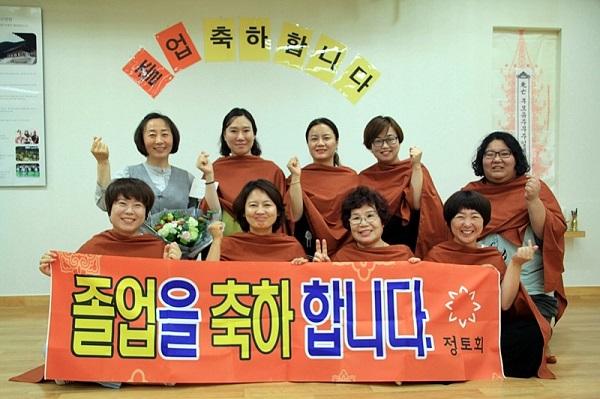 가을불교대학 담당자로써 무사히 갈무리를 마치고 졸업생과 함께한 기념사진-좌측 끝 상단이 김인아 님.