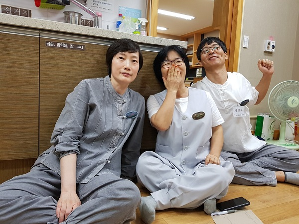 봄불교대학 봉사자들과 공양간에서 즐거운 나누기 중에-오른쪽 맨 끝이 주인공