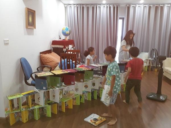 하노이 정토 불교 놀이방에서 아이들이 책 블록을 쌓고 노는 모습. 이 놀이방에서 주로 하는 활동은 블록 없이 블록 쌓기. 집 안에 있는 온갖 책들이 동원 됩니다.