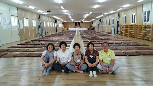 문경 불교대학 특강 수련에서 방석깔기 봉사후 한 컷