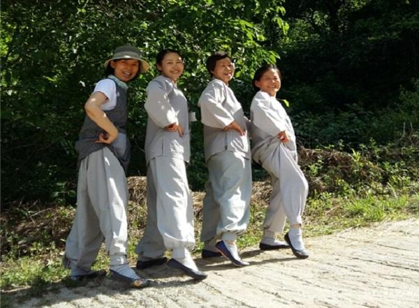 명상수련원 바라지 봉사를 하는 김혜윤 님 (왼쪽에서 두번째)