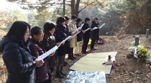 박차정 의사 묘소를 참배하는 모습(왼쪽에서 두 번째 박은주 님)