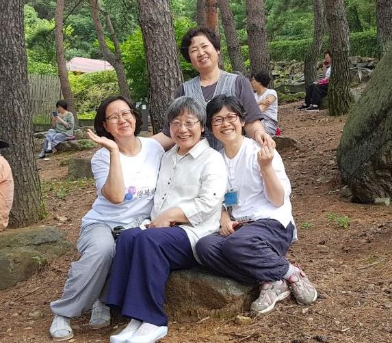 정토수련원에서 묘덕법사님과 함께한 목포법당의 역사 세 분: 조희옥님(맨 왼쪽), 박영미님(맨 오른쪽), 김영숙님(위쪽)