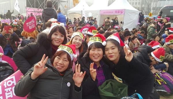 12.23. 평화대회 광화문에서 (오른쪽 끝 류현주 님)