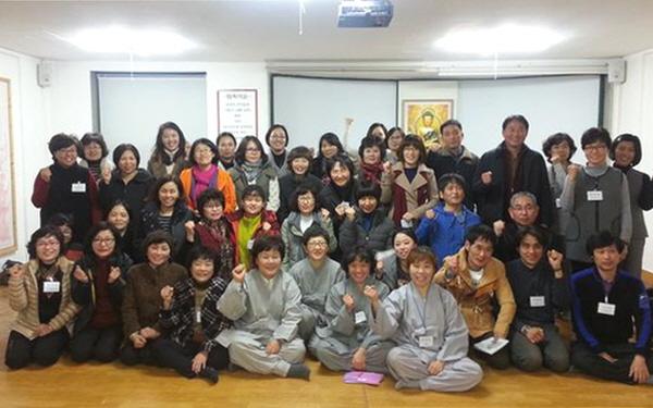 2015년 사하법당 봄불대 입학식에서 - 맨 아래 왼쪽에서 4번째가 김정숙 님