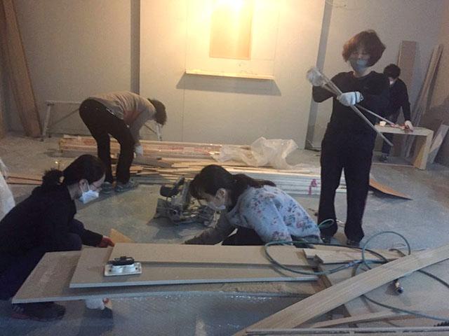톱밥 먼지를 먹어가면서 열심히 법당 청소를 하는 중랑법당 도반들