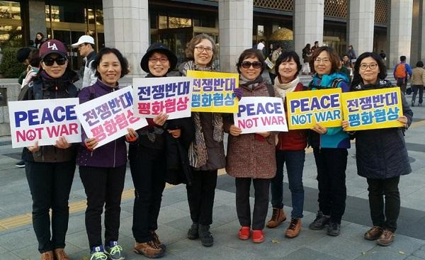 광화문광장에서 평화통일을 염원하며! 왼쪽에서 두 번째가 박영애 님