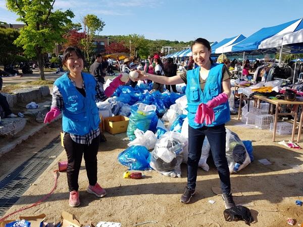 안산 태국 송크란축제 행사에서 쓰레기분리수거 봉사를 하는 김혜윤 님 (오른쪽)