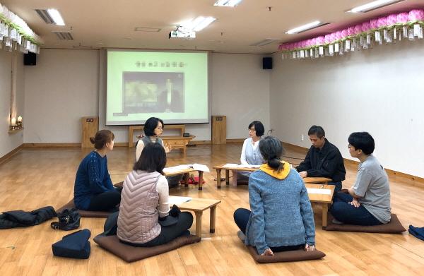 환경학교 수업에 적극적으로 참여하는 도반들의 모습