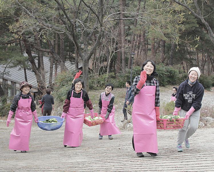 2018년 김장바라지 하는 도반들의 밝은 모습