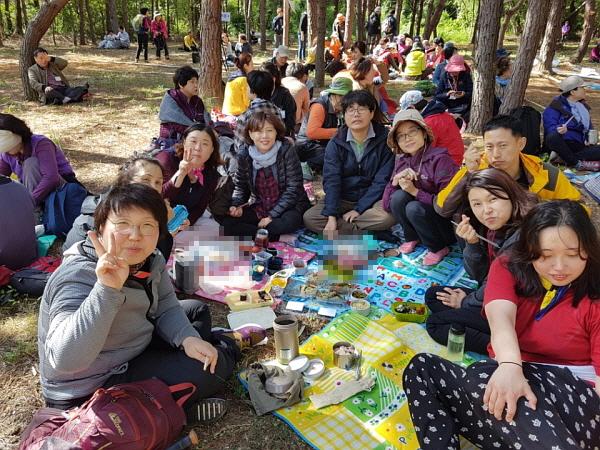 2017년 가을 불교대학 도반들과 함께한 남산순례. 오른쪽에서 네 번째가 한영옥 님