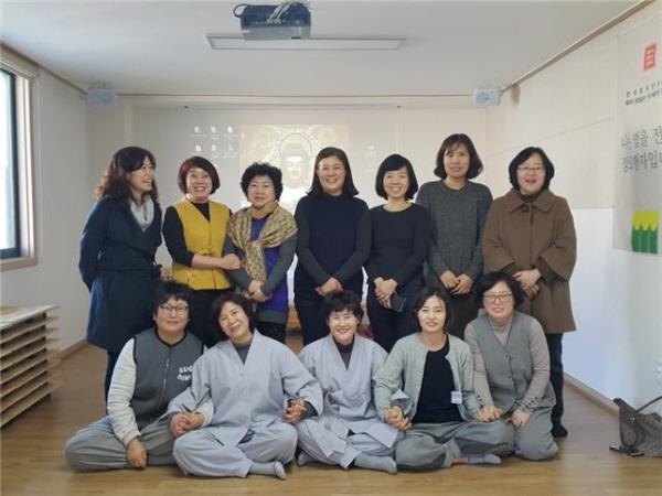 2016년 봄경전 도반들과 함께 김민엽, 최현정, 김종임(앞줄 왼쪽 두 번째부터) 배옥자(뒷줄 왼쪽 두번째)