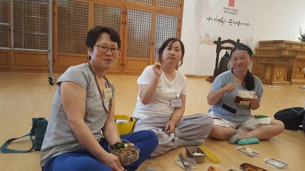 졸업수련회에서 이혜경 님(왼쪽). 불교대학 담당 이은화 님. 지은영 님(오른쪽)
