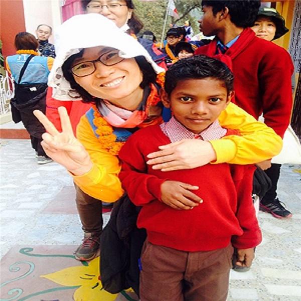 수자타아카데미에서 방문을 환영해주며 꽃목걸이를 걸어주는 학생과 함께