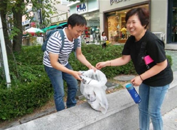 지난 9월 JTS모금을 끝내고 주변 청소하는 도반들