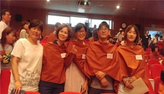 불교대학 졸업식에서 (왼쪽에서 두 번째 이윤주 님, 세 번째 김은주 님)