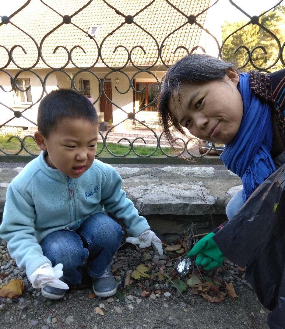 막내아들과 함께 마을에서 쓰레기를 줍고 있는 권정화 님