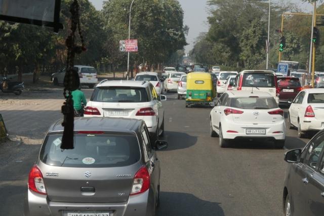 성지와는 분위기가 전혀 다른 델리의 복잡한 도로