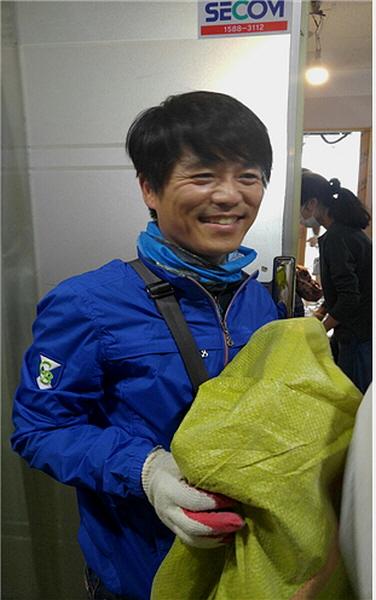 공사 후 청소하는 조주현 님(하남법당 수행법회 주간담당자)