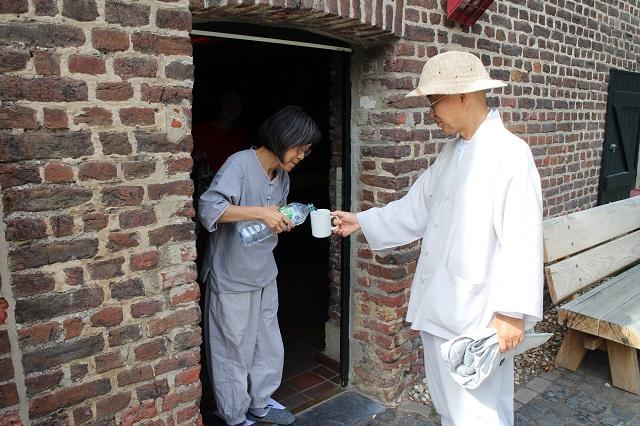 삼국점이 있는 팔제르부르크(Vaalserberg)로 산행을 다녀와 물 한 잔 청하시는 스님