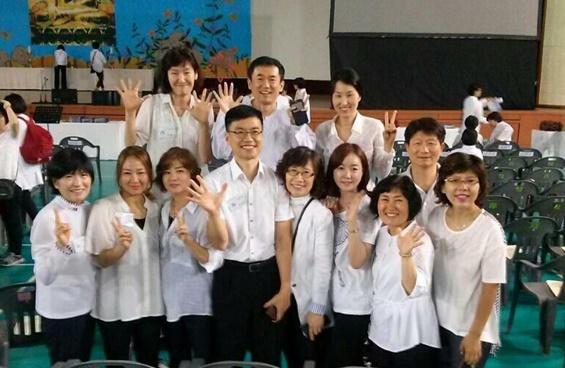 2015년 경전반 졸업식에서 도반들과, 첫 번째 줄 오른쪽에서 두 번째 최인자 님