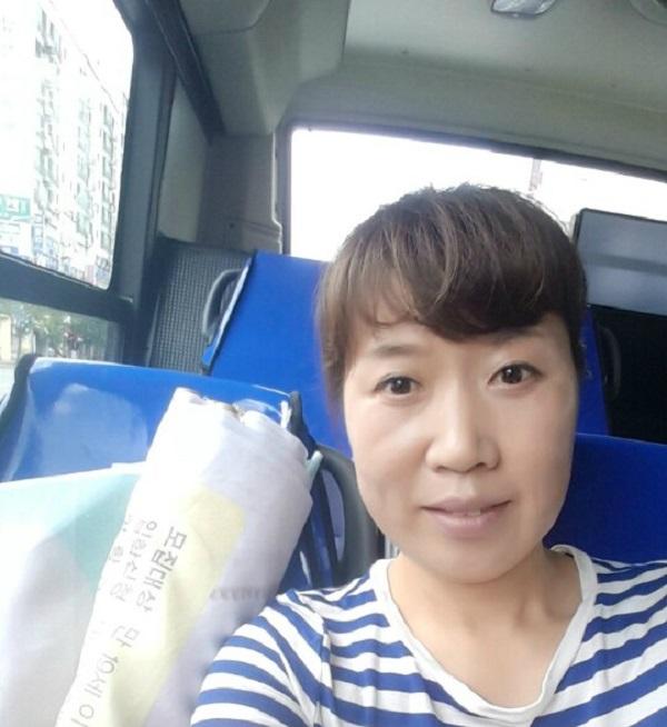 불교대 홍보를 위해 현수막을 가지고 버스를 타다