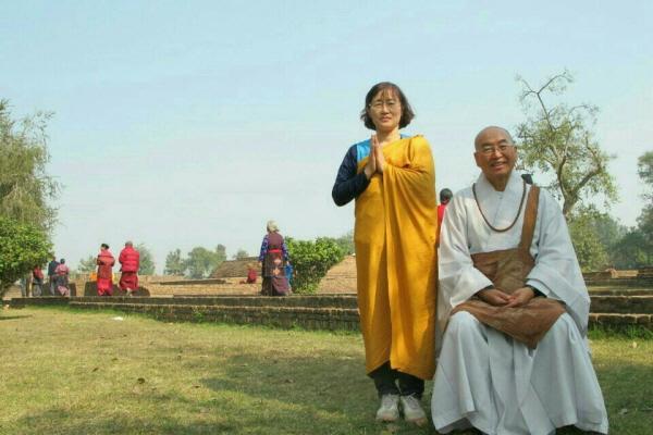 올 1월 인도 성지순례지에서 금강경이 설해진 기원정사에서 법륜스님과 함께 했다. 사진 왼쪽이 백현숙 님.