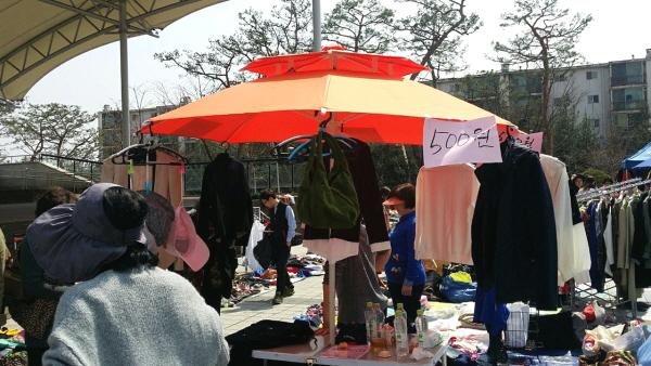 기흥법당 도반들이 내놓은 물건들을 500원, 1,000원 가격대로 판매했습니다.
