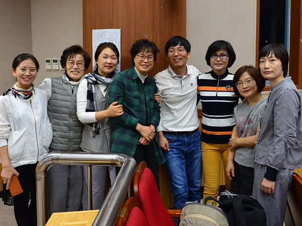봄불교대학 봉사자들과 함께 9-3차 입재식 내부봉사 소임을 하는 중에-왼쪽에서 네번째가 주인공