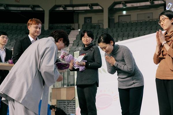 9-7차 입재식 정토행자상 시상식에서 통일상을 수상하는 김지현 님(오른쪽에서 두 번째)