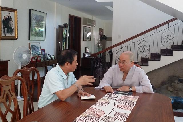 """""""필리핀으로 봉사를 오고 싶어 하는 청년들이나 퇴직한 거사님, 보살님이 계시면 적극적으로 알려주십시오."""" 필리핀JTS 인력 충원을 요청하는 이원주 대표와 논의 중인 법륜 스님"""