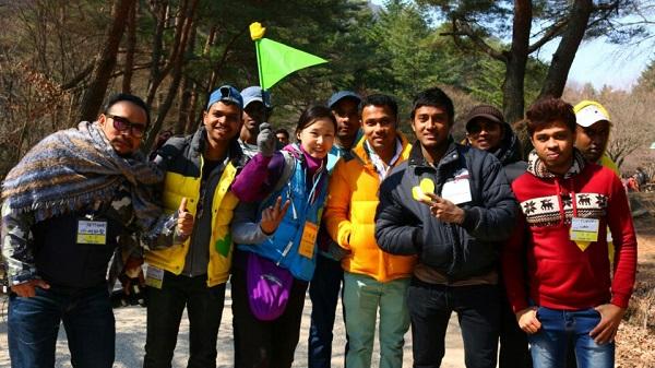 다문화센터의 다문화 가족나들이 봉사중인 김혜윤 님 (가운데)