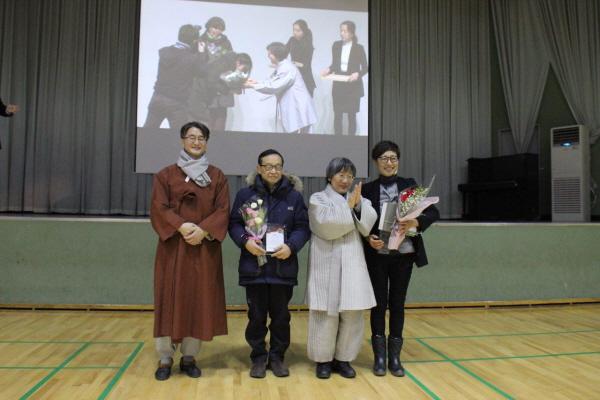 통일상 이미은 님(맨 오른쪽)과 함께 같이 수상한 김승태 님(왼쪽에서 두 번째)