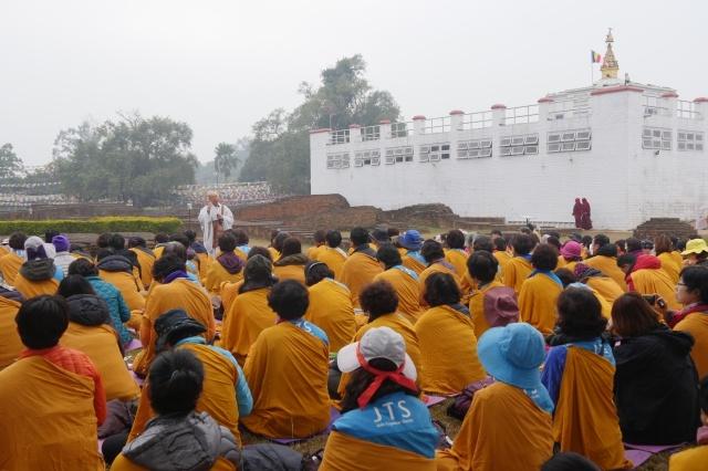 마야데비 관 왼쪽에 400여 명이 함께 할 수 있는 자리를 찾아두었지만 400여명이 다 함께 하지는 못했습니다