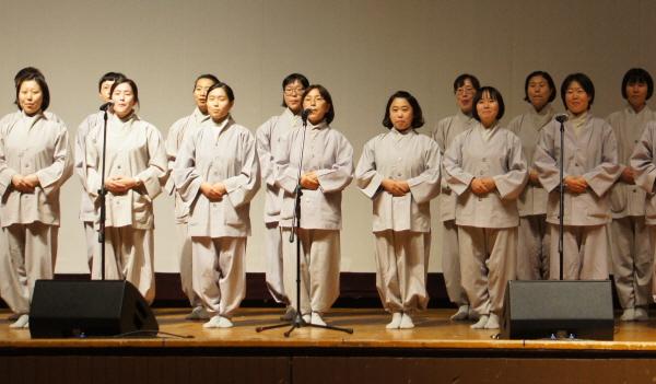 백일출가자들의 공연 모습.