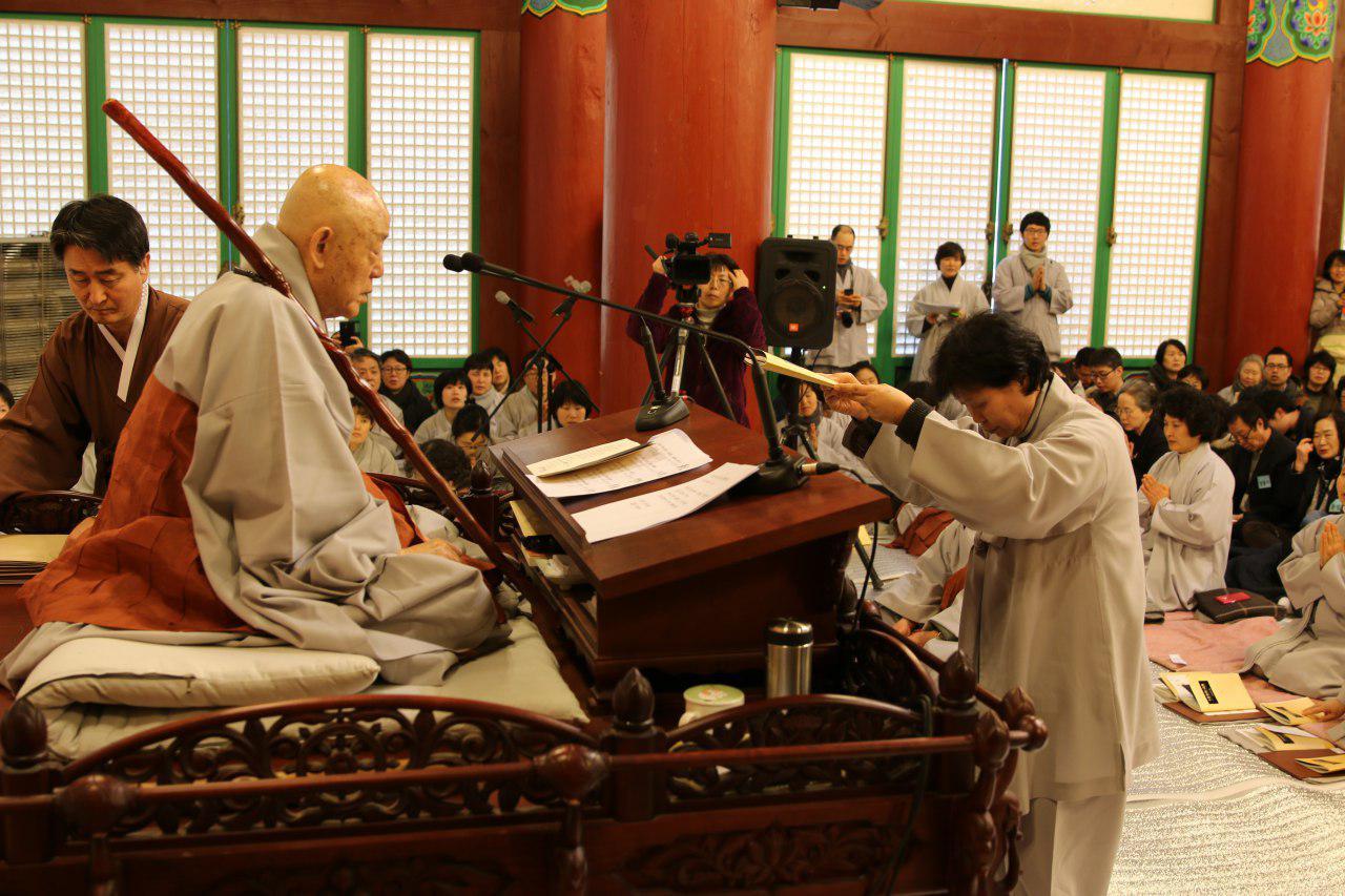 2015년 법사수계식에서 도문큰스님으로 부터 수계첩을 받는 모습