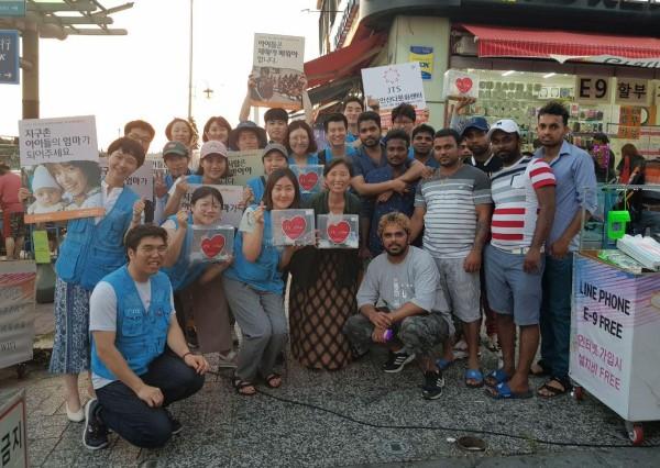 JTS 거리 모금에 동참해주신 동남아 근로자들, 앞줄 왼쪽 네 번째 월광법사님