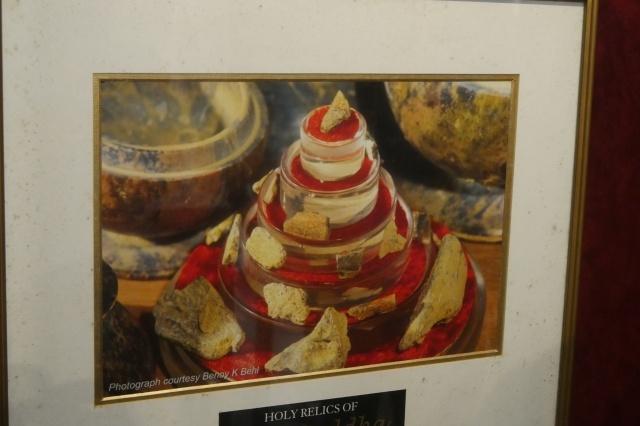석가족이 세운 삐쁘라하와의 진신사리탑 내부에 안치되어 있던 사리의 모습.  '카필라바스투'라고 새겨진 명문이 사리함에서 발견되었다