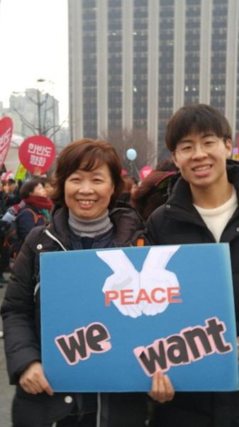 12월 23일 한반도평화대회에 참가한 김명자 님과 아드님