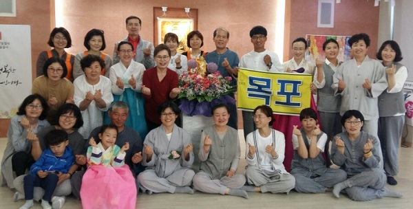부처님오신날 행사를 준비한 도반들과 함께, 첫번째 줄 오른쪽에서 다섯번째 박영미 님