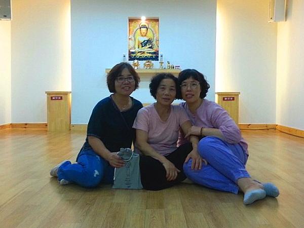 세 자매를 소개합니다. 왼쪽부터 박선희(둘째), 박봉남(첫째), 박봉미(막내).