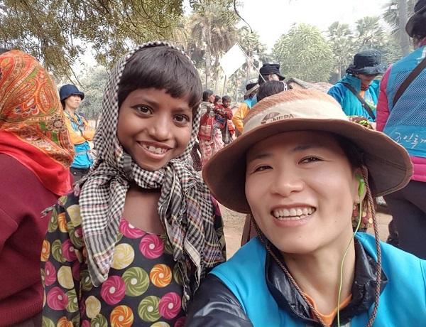 인도성지순례 중 수자타아카데미 학생과 함께 한 나승아 님(오른쪽)