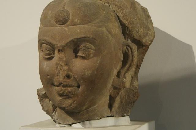 마투라 양식의 대표적인 특징인 둥근 눈매의 두상