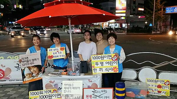 김해법당 JTS 거리모금 한순화 님 (오른쪽 끝)