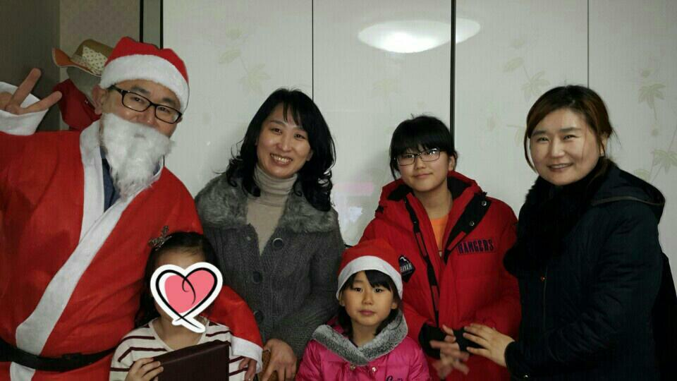 가족과 함께한 새터민 산타봉사- 오른쪽 끝에 서 계신 최은희 님