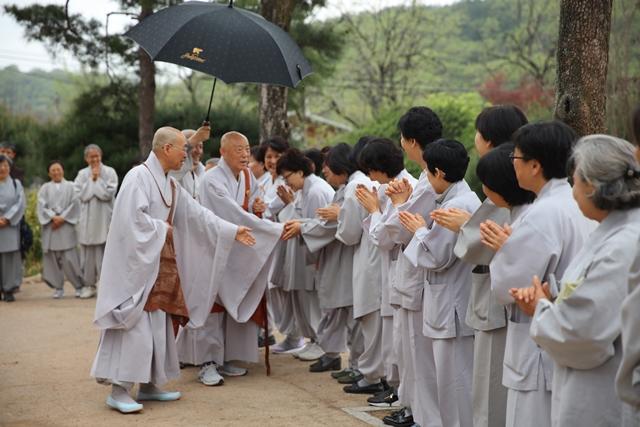스님은 큰스님께 인사하는 대중들을 소개하였습니다.