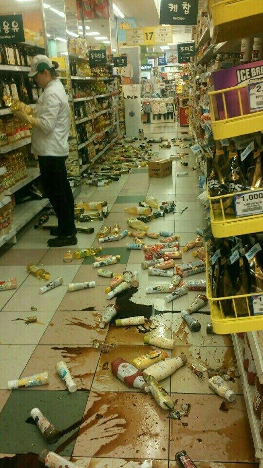 지진으로 진열된 물건들이 떨어진 대형마트