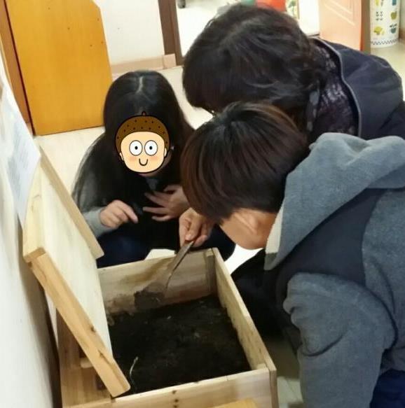 꾸물이(지렁이)를 관찰하는 아이들