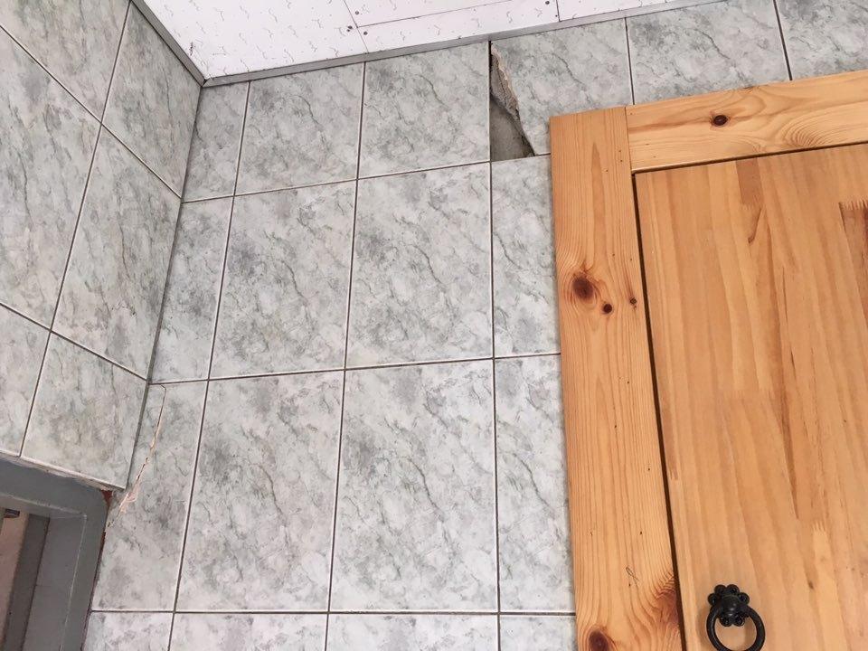 금이 간 법당 화장실 내벽 타일
